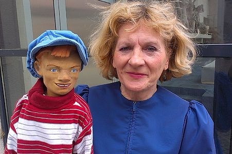 Porträtfoto Carmen Paulenz mit Puppe
