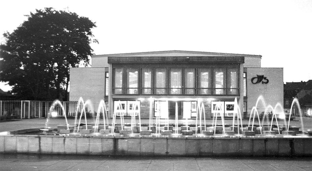 Außenansicht des Bautzener Theaters von 1975.